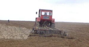 20070427142929_tractor_care_ara_pamatlu_din_garliciu