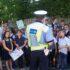 Polițiștii rutieri de la locul accidentului stau de vorbă cu elevii, pentru a afla dacă vreunul dintre ei a văzut cum s-a petrecut accidentul de circulație, iar martorii sunt rugați să povestească împrejurările în care a avut loc.